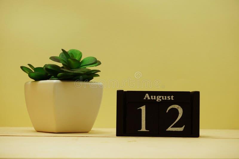 12:e almanackan av trä royaltyfri fotografi