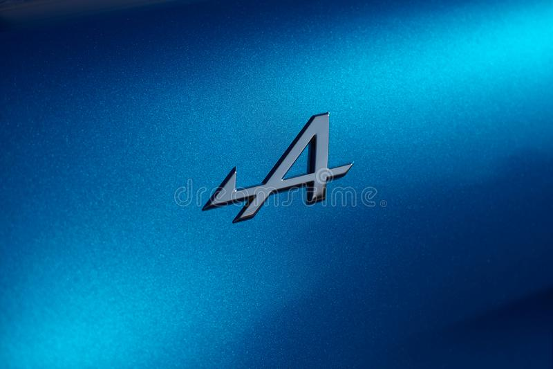 E 23 2019: Alpien die embleem op Alpiene A110 wordt geplaatst royalty-vrije stock afbeeldingen