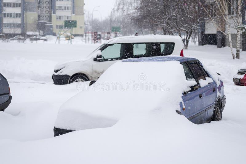 E Auto's die met sneeuw worden behandeld stock foto's