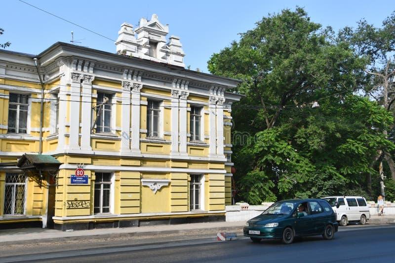 E Auto's voor oud two-storey huisnummer 80 in de zomer op Svetlanskaya-straat in V royalty-vrije stock afbeelding