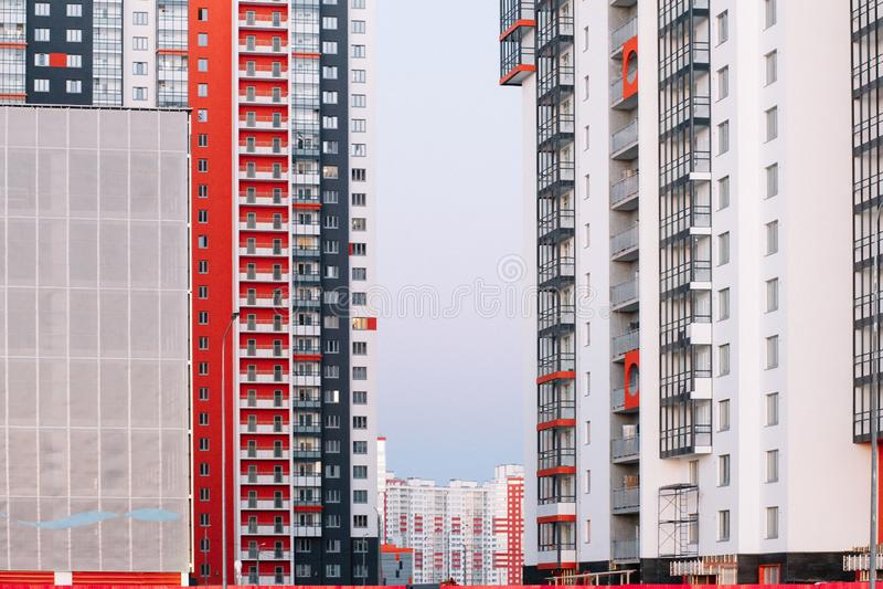 E Bâtiment à plusiers étages contre le ciel bleu Fond à image stock