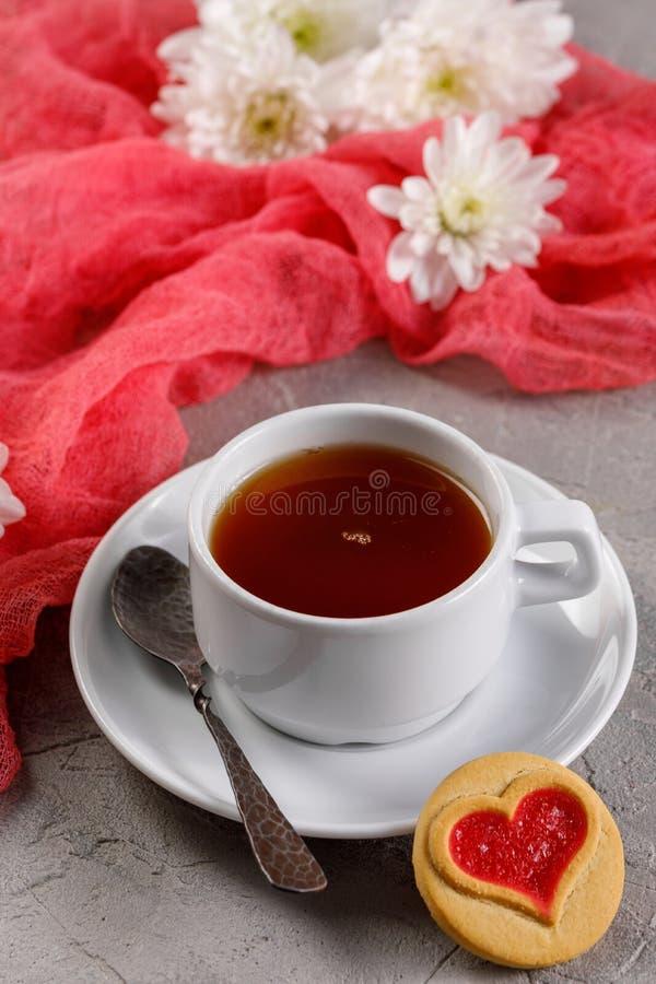 E Bella natura morta con una tazza di tè, l'umore del San Valentino fotografie stock libere da diritti