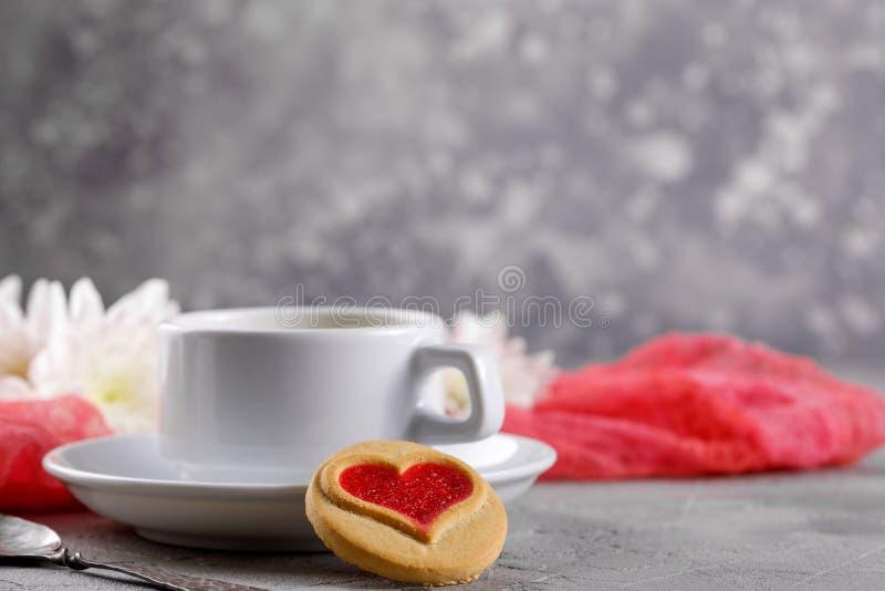 E Bella natura morta con una tazza di tè, l'umore del San Valentino immagine stock libera da diritti