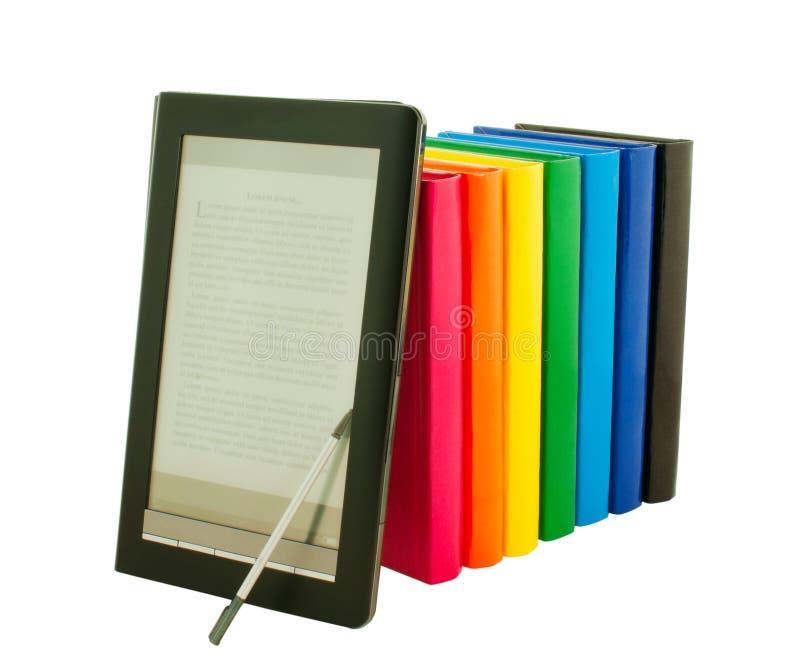 E-boek lezer met stapel afgedrukte boeken stock afbeelding