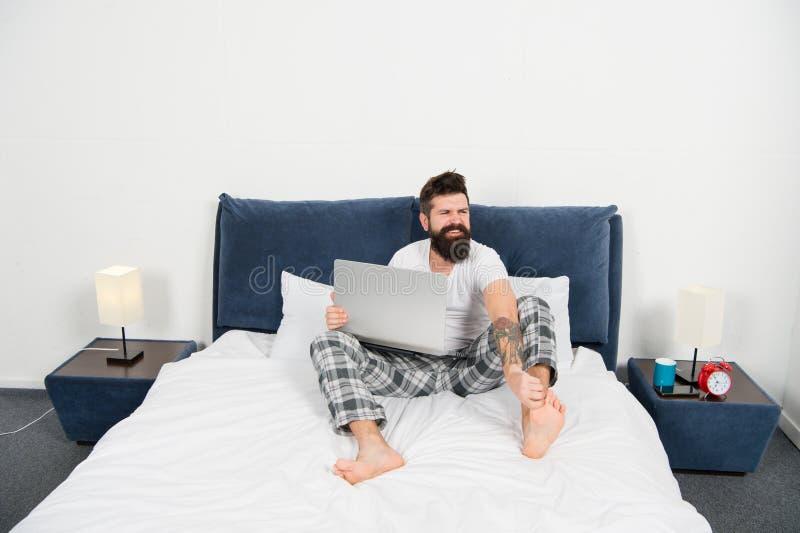 E brutale slaperige mens in slaapkamer rijp mannetje met baard in pyjama op bed in slaap en wakker energie en stock foto's