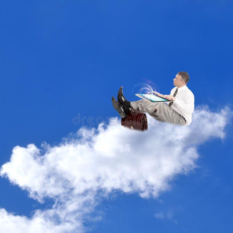 E-business.Businessman no nuvens fotografia de stock royalty free