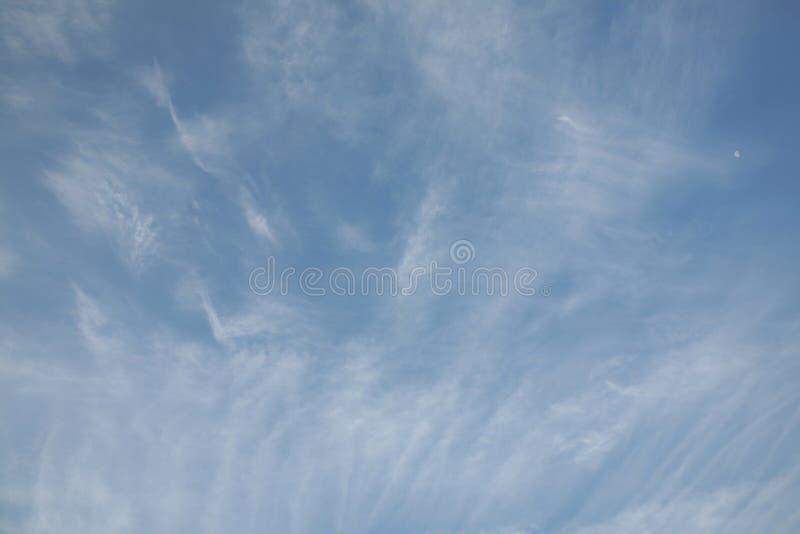 E Céu com fundo abstrato da natureza das nuvens E imagens de stock
