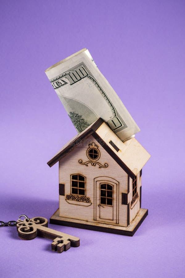 E Chargement d'hypoth?que et concept de document de propri?t? de calculatrice Maison en bois photographie stock