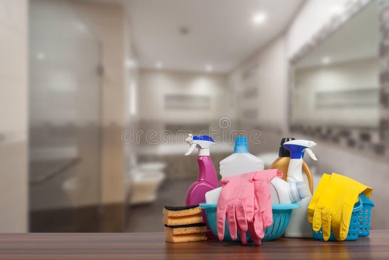 E Chiuda su dei rifornimenti di pulizia davanti al bagno immagini stock