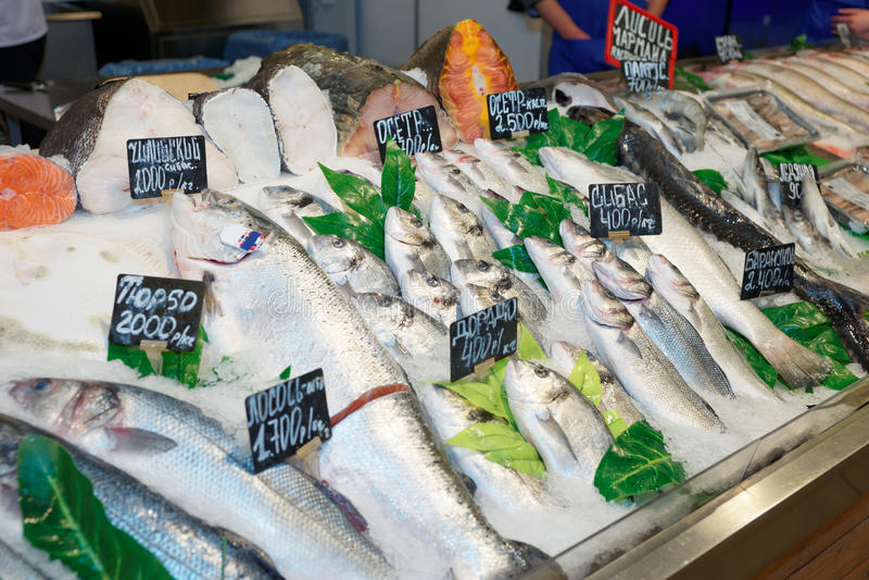  e ChoiÑ рыб на дисплее рынка стоковое фото rf