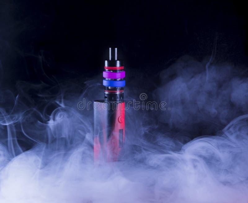 E-cigarett i rök royaltyfri bild