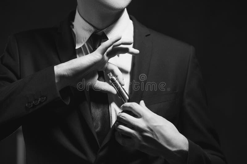 E-cigarrillo del apego del mún hábito que fuma fotos de archivo libres de regalías