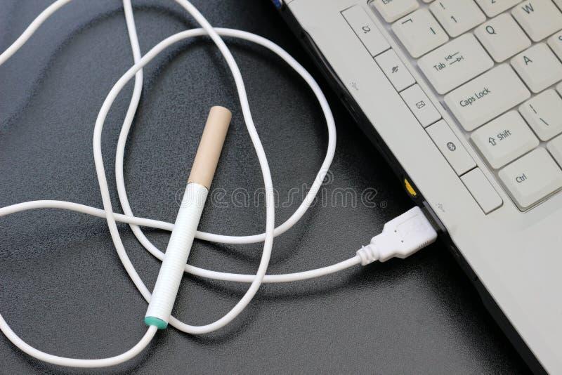 E-cigarrillo enchufable fotos de archivo libres de regalías