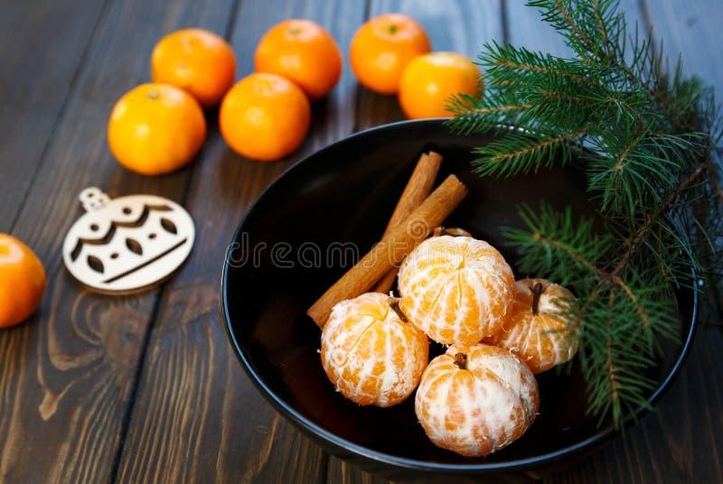 E Citrusfruktmandariner i platta royaltyfri foto