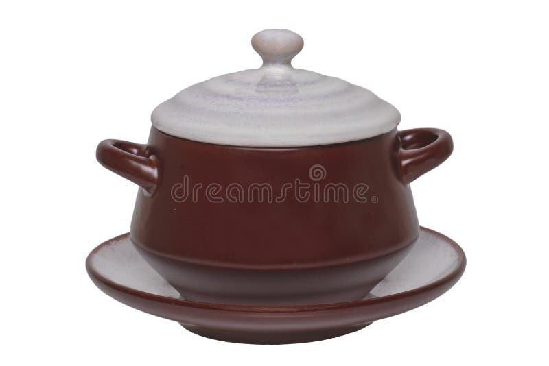 E Close-up van een lege bruine ceramische die soepkop op een plaat met deksel op een witte achtergrond wordt geïsoleerd malplaatj royalty-vrije stock afbeeldingen