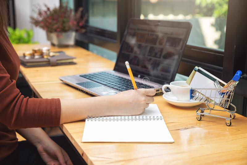 E-commerceconcept, Vrouwen uitgezocht punt van website het shoppping online met creditcard en muntstuk in boodschappenwagentje royalty-vrije stock afbeelding