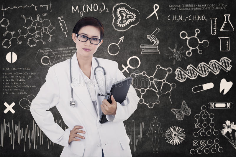 E-compressa femminile sicura della tenuta di medico sulla lavagna scritta illustrazione vettoriale