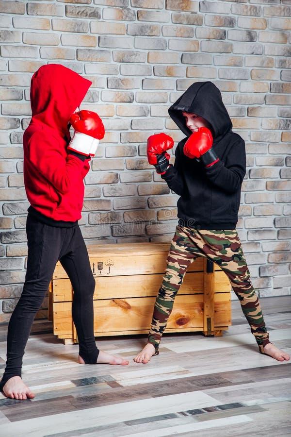 E Concept de sport de mode d'années de l'adolescence et d'enfants images stock