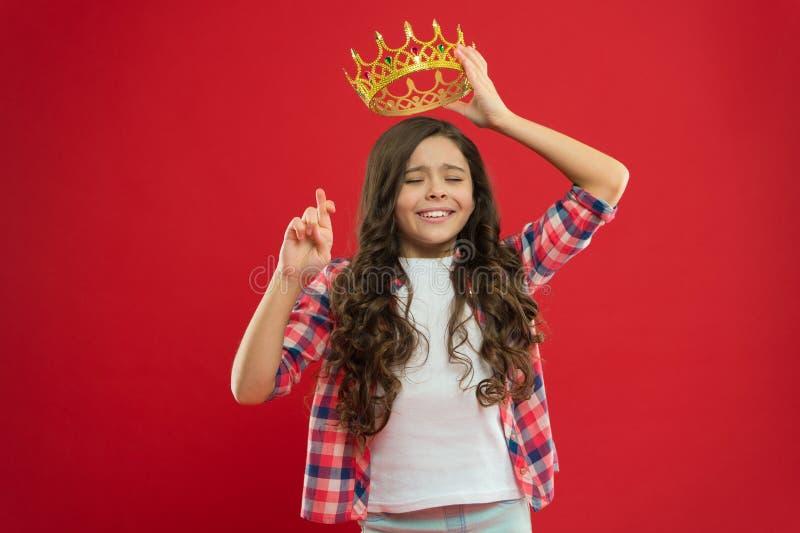 E Concetto di infanzia Ogni ragazza che sogna per trasformarsi in in principessa fotografia stock
