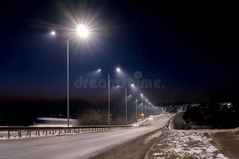 E concetto di modernizzazione e di manutenzione delle lampade, posto per testo, notte fotografie stock libere da diritti