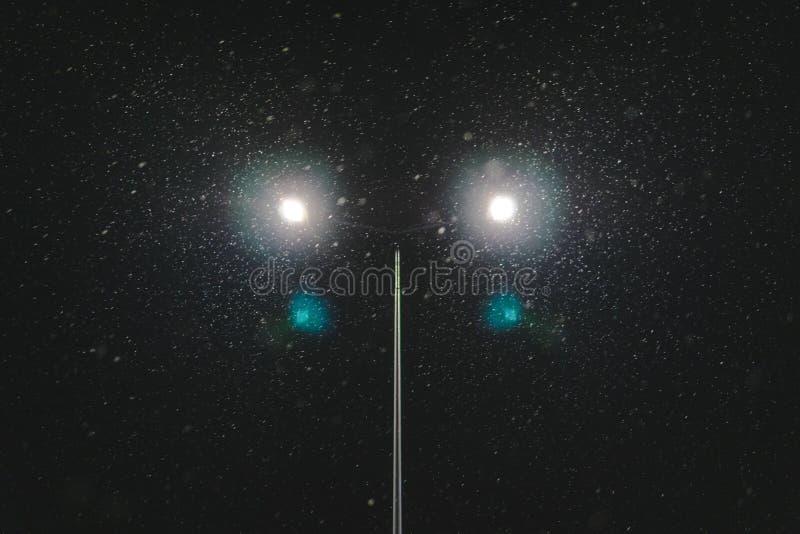 E concetto di modernizzazione e di manutenzione delle lampade, posto per testo, notte fotografia stock libera da diritti