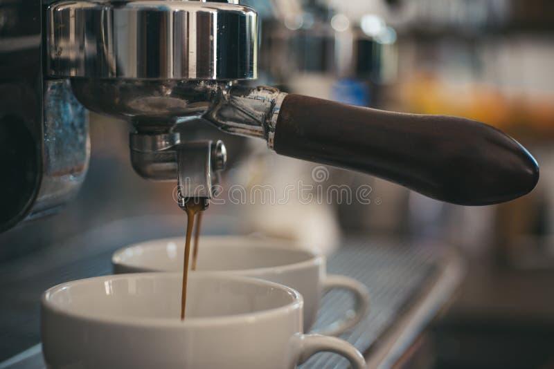 E Copos pequenos para servir a bebida quente do café r imagem de stock