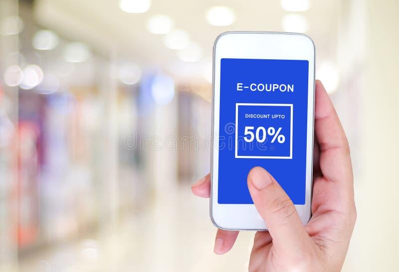 E-coupon korting op het slimme telefoonscherm, digitale marketing stock afbeeldingen