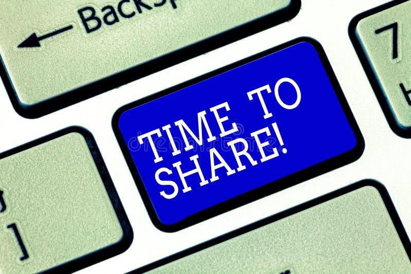 E De conceptenbetekenis communiceert met uw vrienden en de familie spreidde de sleutel van het woordtoetsenbord uit stock fotografie