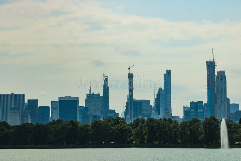 E De Horizon van het Central Park en van Manhattan De uit het stadscentrum horizon van Manhattan royalty-vrije stock afbeelding