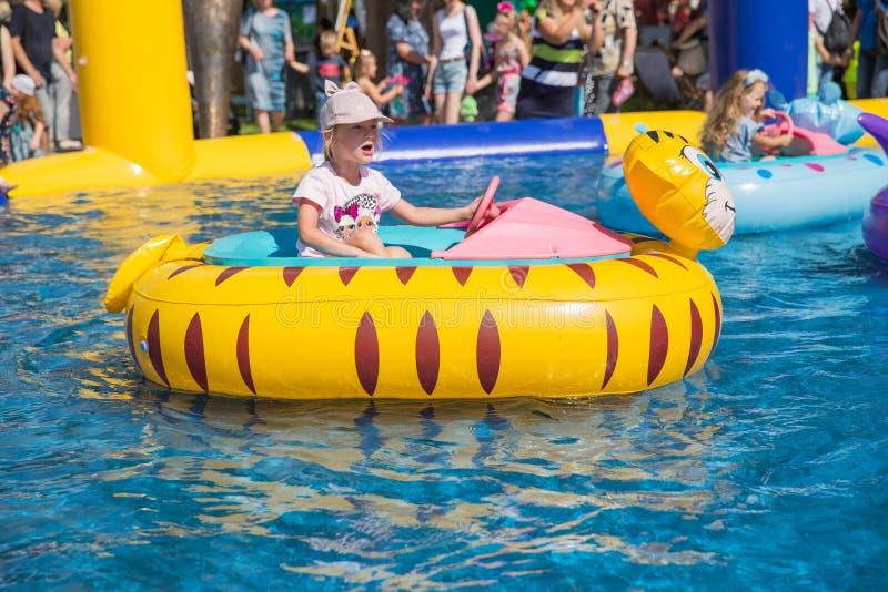 E De kinderen zwemmen in de pool door boot 2019 27 Juli Reisfoto stock foto