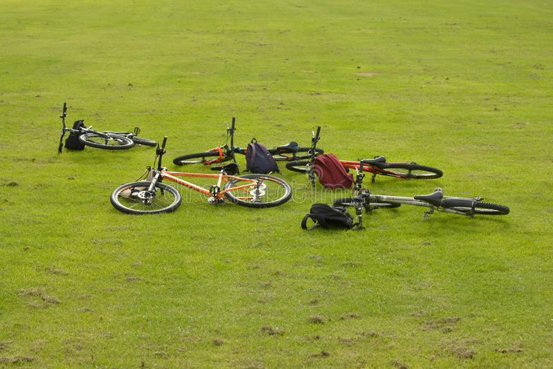 E 31 de mayo de 2019 - familia que completa un ciclo en la opinión aérea de las bicis al aire libre desde arriba, el deporte de l foto de archivo libre de regalías