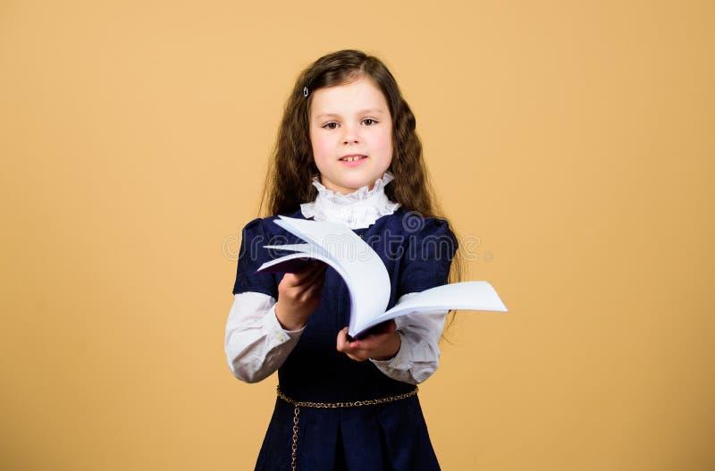 E De nuevo a escuela D?a del conocimiento Serio sobre estudiar Niño adorable de la colegiala Ni?ez y imagen de archivo libre de regalías