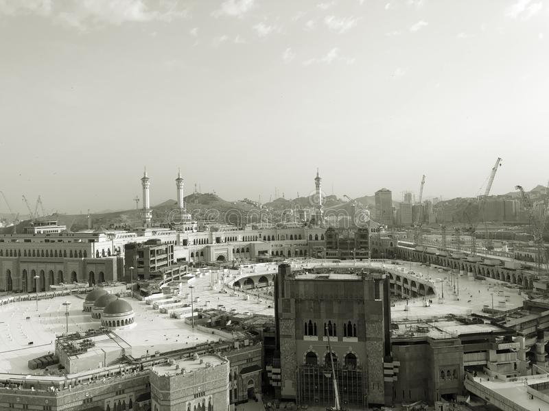 E In de schaduw gestelde hulpkaart Masjid al-Haram door het vensterhotel royalty-vrije stock foto
