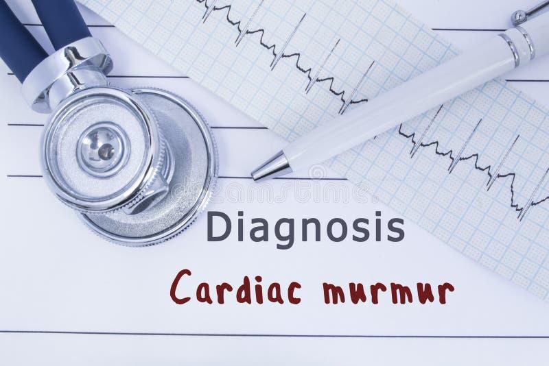 E De stethoscoop of phonendoscope samen met type van ECG ligt op medische geschiedenis met titeldiagnose Cardi stock afbeelding