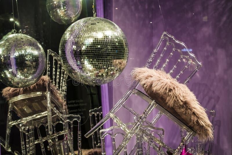E De verspreide stoelen en de glazen, champagneflessen expositie Decoratief show-venster Roze kleuren chaos royalty-vrije stock afbeelding