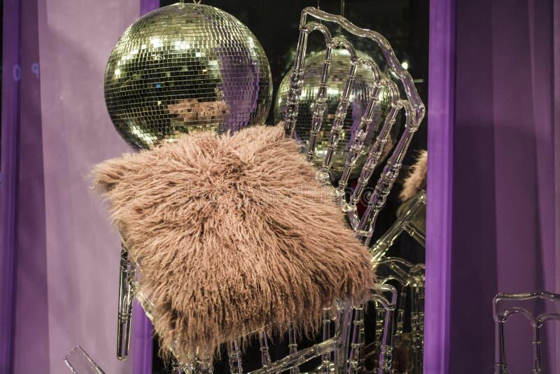 E De verspreide stoelen en de glazen, champagneflessen expositie Decoratief show-venster Roze kleuren chaos stock foto