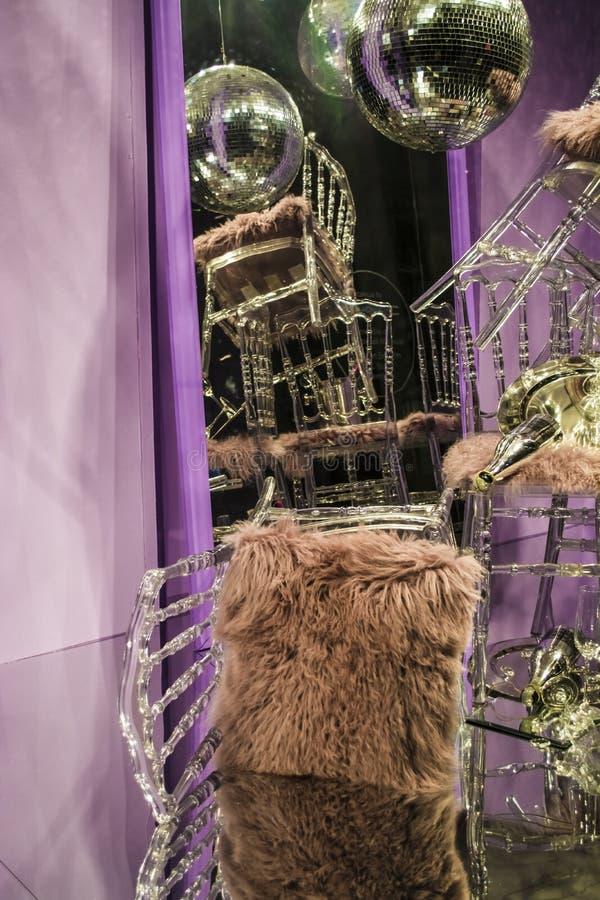 E De verspreide stoelen en de glazen, champagneflessen expositie Decoratief show-venster Roze kleuren chaos stock afbeelding