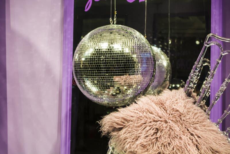 E De verspreide stoelen en de glazen, champagneflessen expositie Decoratief show-venster Roze kleuren chaos royalty-vrije stock foto