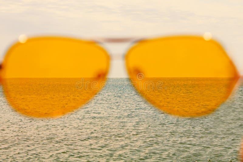 E De zomer zonnige dag, gelukkige vakantie, goede rust, geluk stock afbeeldingen