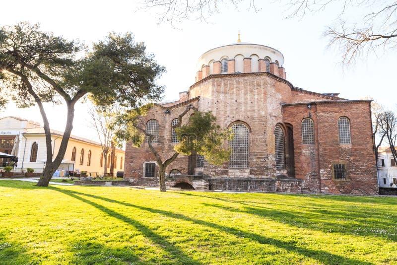 E 03 2019: Den Hagia Irene kyrkan Aya Irini i parkerar av den Topkapi slotten i Istanbul, Turkiet royaltyfri foto