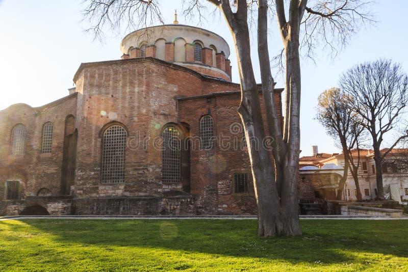 E 03 2019: Den Hagia Irene kyrkan Aya Irini i parkerar av den Topkapi slotten i Istanbul, Turkiet arkivbilder