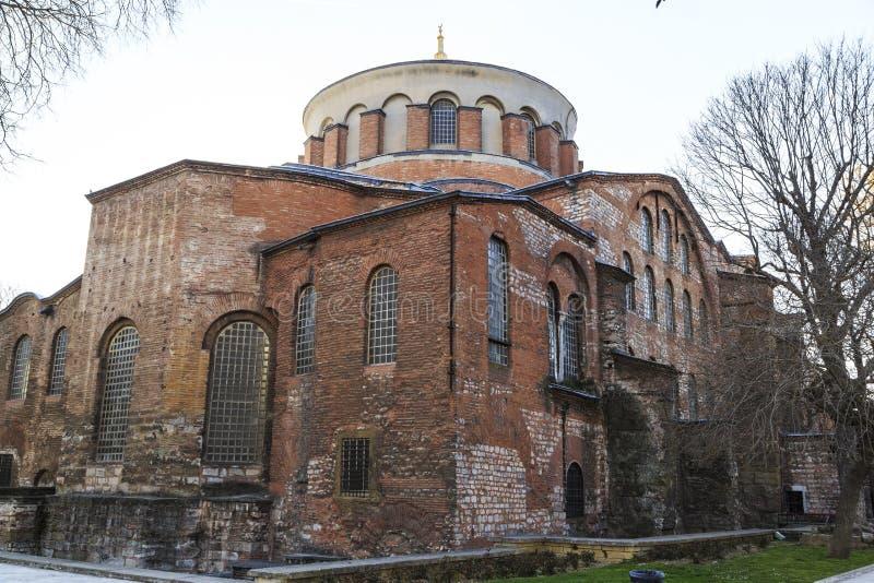 E 03 2019: Den Hagia Irene kyrkan Aya Irini i parkerar av den Topkapi slotten i Istanbul, Turkiet fotografering för bildbyråer