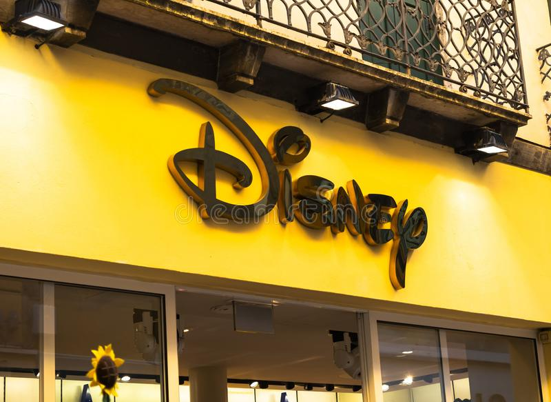 E Det Disney lagret är en internationell kedja av specialitetdiversehandel som säljer endast Disney, gällde objekt arkivfoto