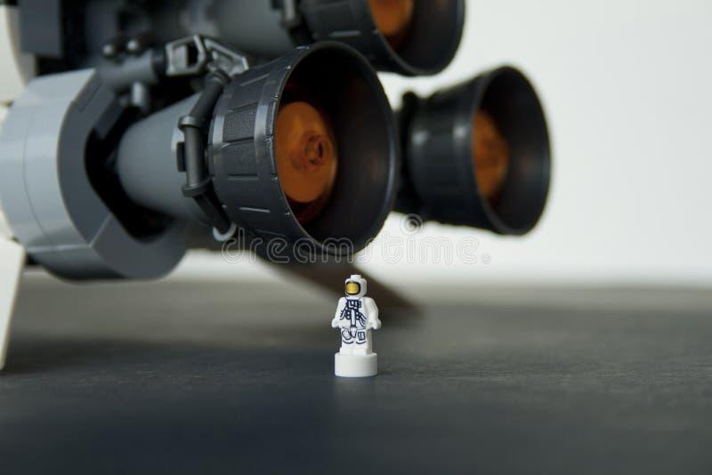 E Detalle del astronauta de la micro-figura de LEGO comparado con los motores principales de OS Saturn V de S-I Stage fotografía de archivo libre de regalías