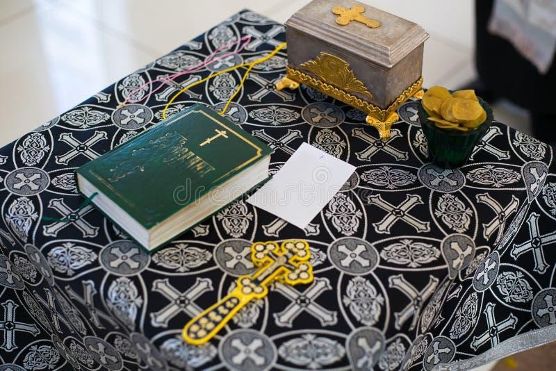 E Doopsel in de doopvont Sacrament van doopsel Kind en God doopsel royalty-vrije stock foto