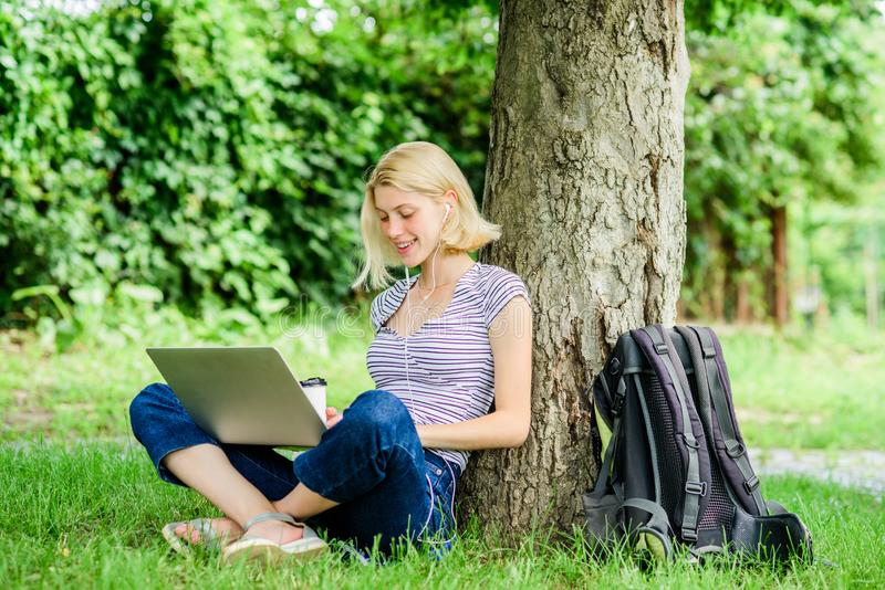 E dziewczyna laptop Blogger zosta? inspiruj?cy z natury lato online Blogger tworzy zawartość dla obrazy royalty free