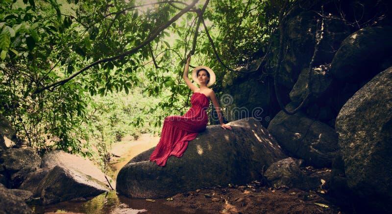 E Dziewczyna w czerwonej sukni obrazy stock