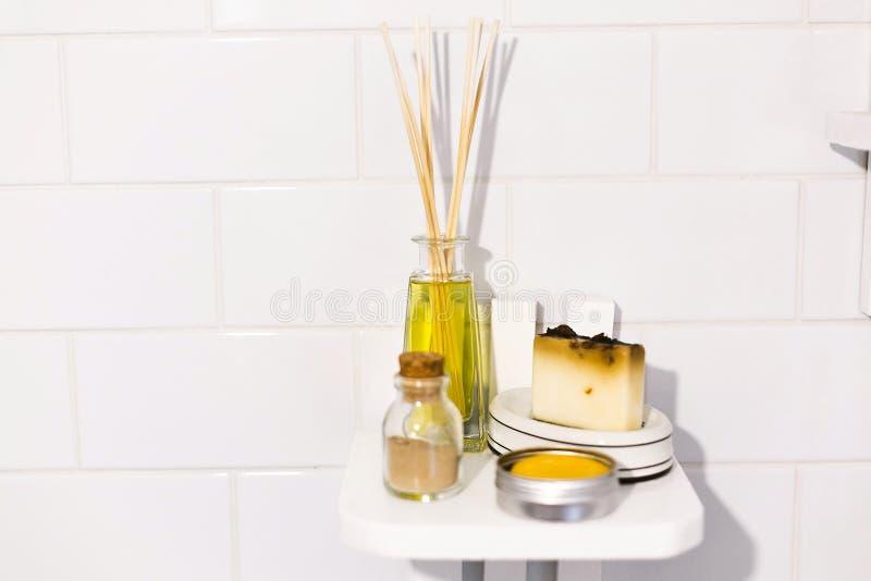 E Eco naturalny szampon w metalu mo?e, wo? olej, myd?o i ayurveda ubtan proszek w szkle na drewnianym, zdjęcia royalty free