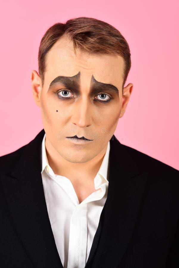 E El hombre con imita maquillaje Imite al artista Mime con la pintura de la cara El imitar del actor del teatro El imitar del act fotografía de archivo
