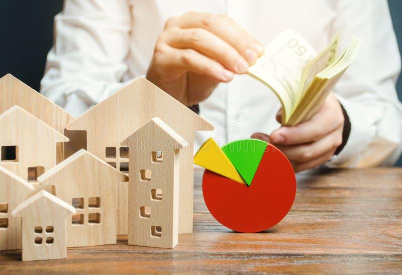 E El hombre de negocios cuenta el dinero Concepto de an?lisis y de analytics del mercado inmobiliario imágenes de archivo libres de regalías